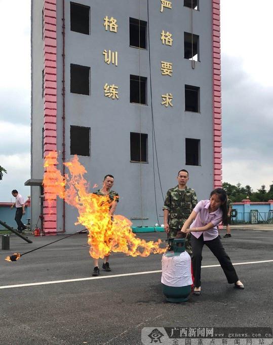 农行鹿寨县支行开展消防安全知识和技能培训活动