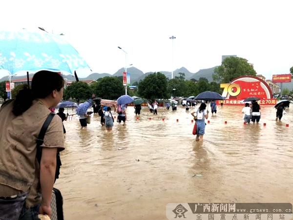 桂北地区多地洪水暴涨 当地军民众志成城抗洪