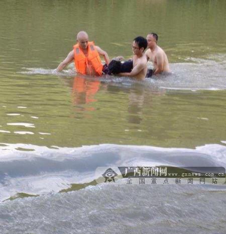 环江驯乐:党员军人冲锋在前 合力勇救落水者