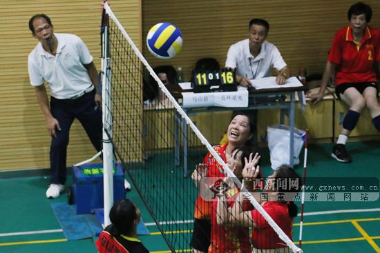 """南宁老年人上演气排球""""大作战"""" 重在参与精神足"""