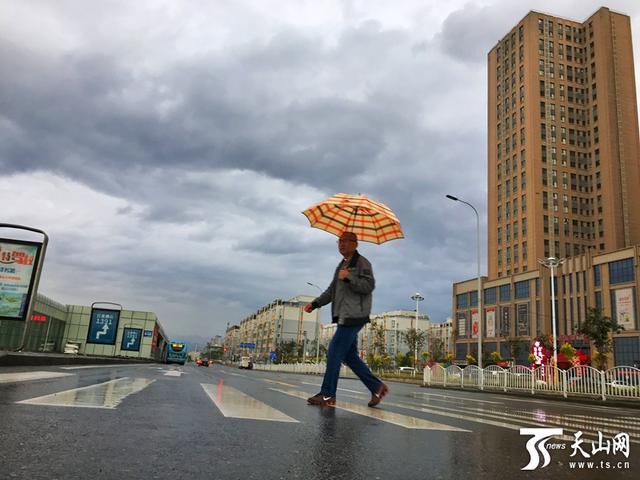 """""""雨姑娘""""迷恋新疆,这些地方有暴雨!乌鲁木"""