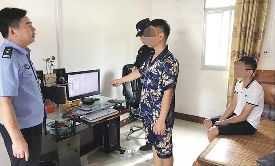 """""""六合彩""""诈骗嫌疑人正在接受警方询问 本报通讯员 陈仕天 摄"""