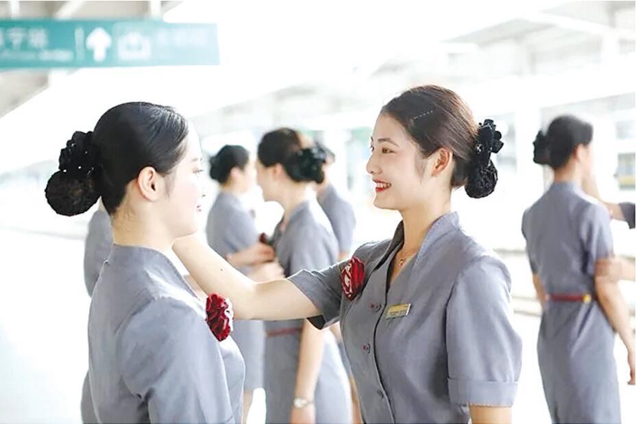 广西首批进港列车动姐亮相 笑容将成标志性符号