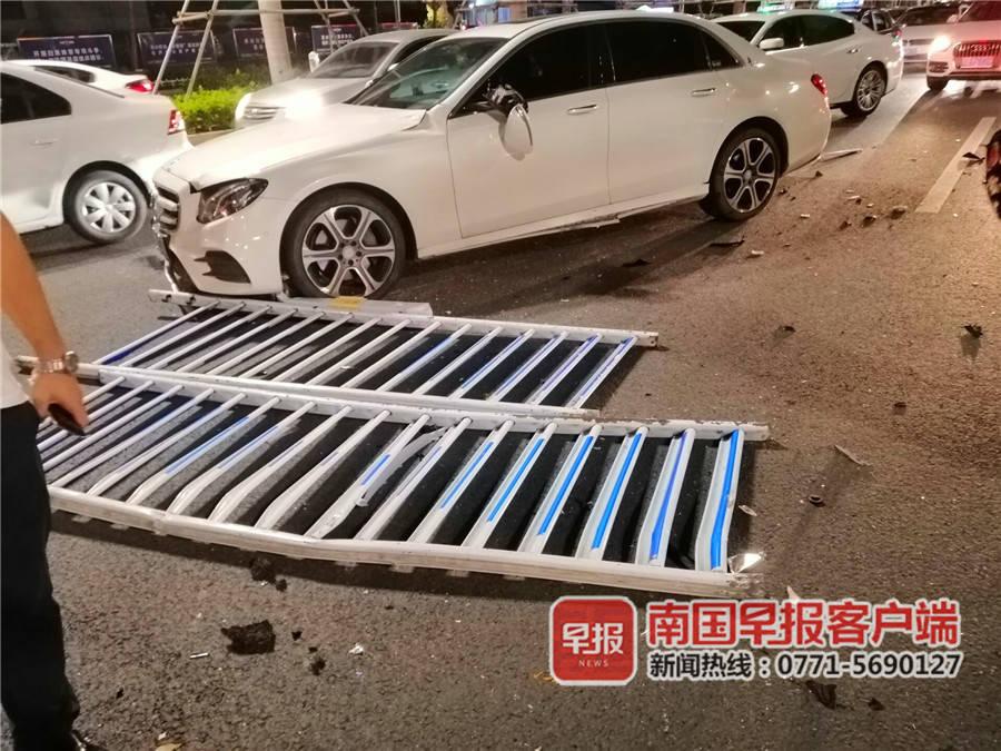南宁民族大道一轿车失控撞护栏 对向车道4车被砸