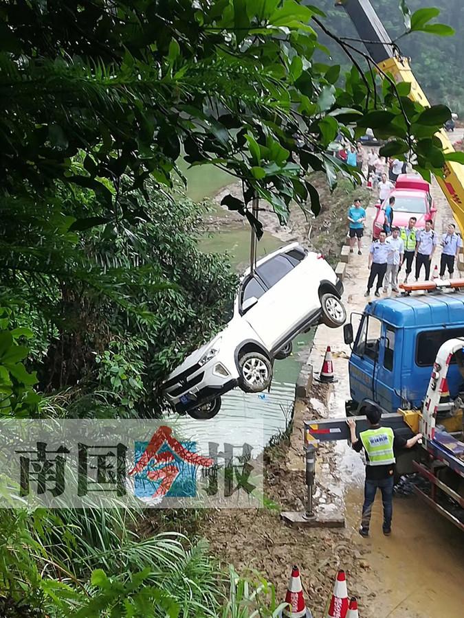 SUV在融安板榄镇蒙村附近失控翻下河中 司机身亡
