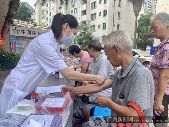 江南区卫健局:健康宣传周活动为老年人健康护航