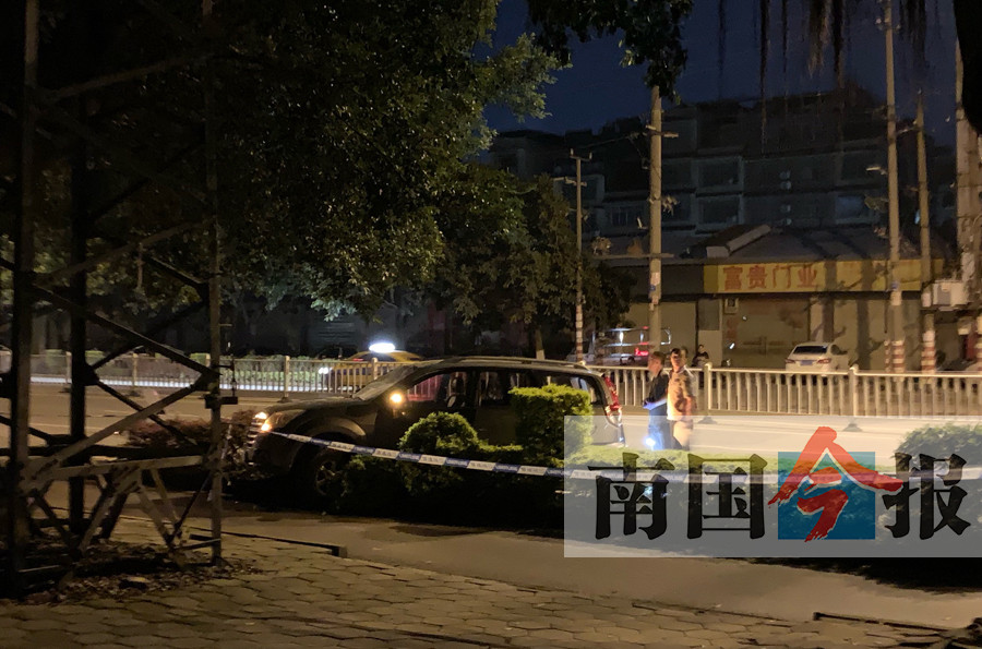 柳州柳江十余个年轻人持长刀追砍SUV 多人受伤(组图)