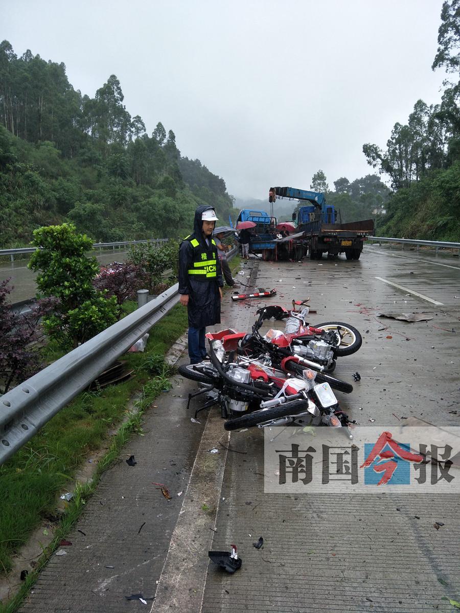 小货车遭追尾甩下不少摩托车 事发三柳高速公路