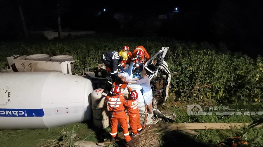 崇左:两车相撞致一人被困 消防破拆救人