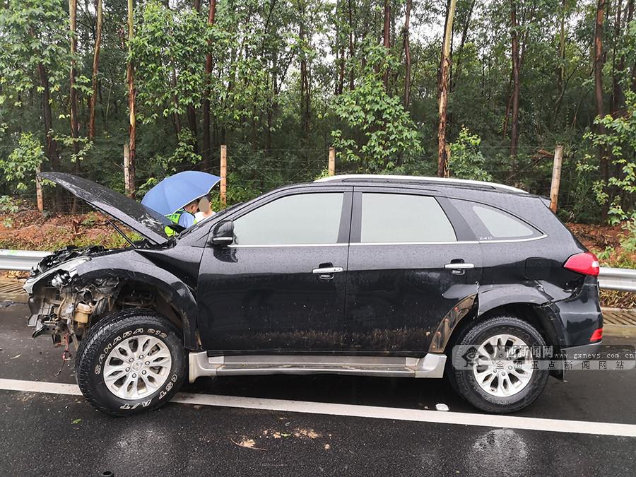 雨天高速行车 小轿车失控撞护栏致车头严重变形