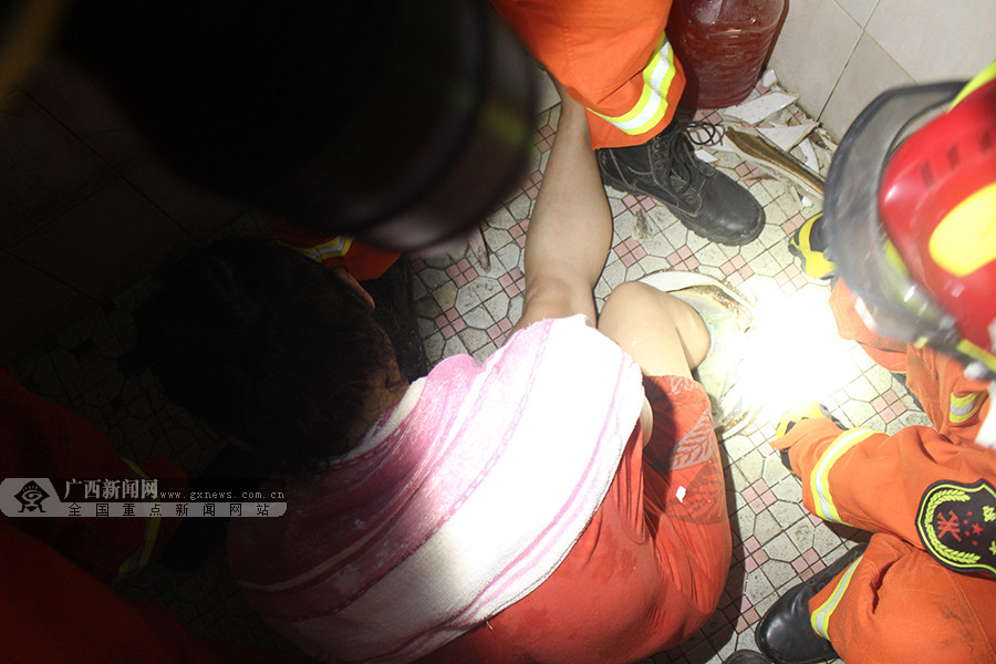 ��!一女子洗澡时脚滑被卡便池内 消防员凿地施救