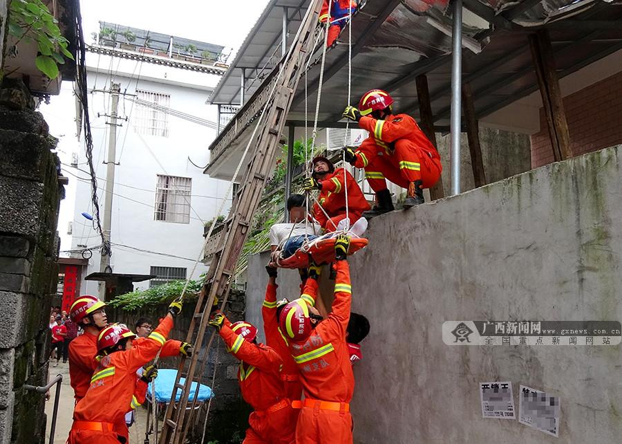 """男子被""""追砍""""情急之下从楼顶跳下 消防紧急救援"""