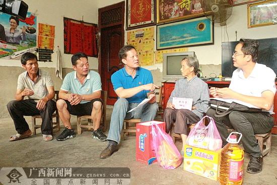 """环江开展""""红色关爱"""" 慰问210名困难党员老党员"""