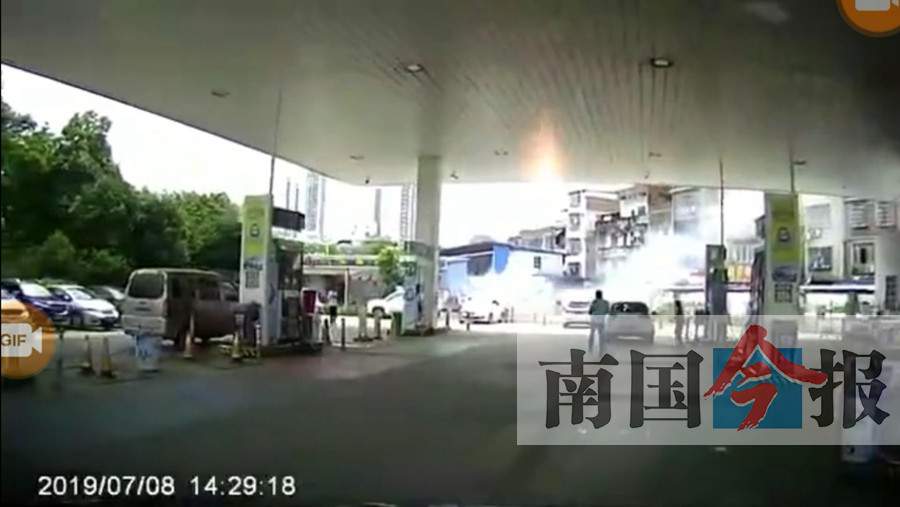 柳州:加油站�让��起火 汽�司�C���奶由�(�D)
