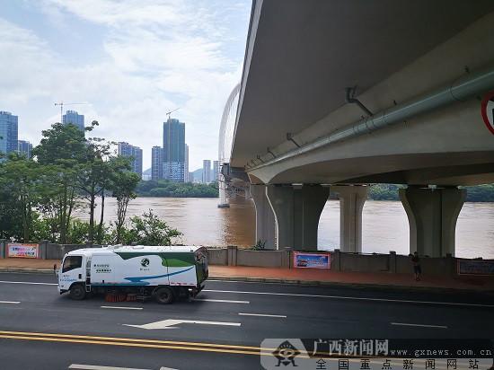 柳州洪峰过境 百姓生活如常街道秩序井然(图)