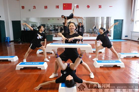 粉红操穴图片_南宁市第十九中学健美操队备战全区学生运动会