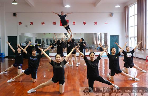 子操妈妈合集_南宁市第十九中学健美操队备战全区学生运动会