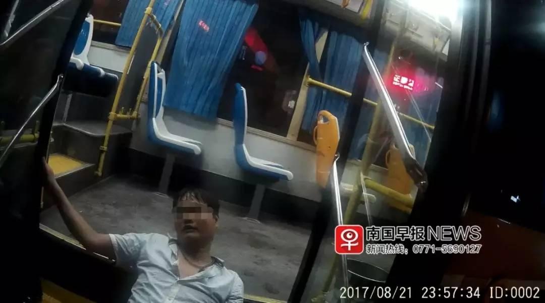 小伙醉砸公交被带走调查送医死亡 警方被判赔10%