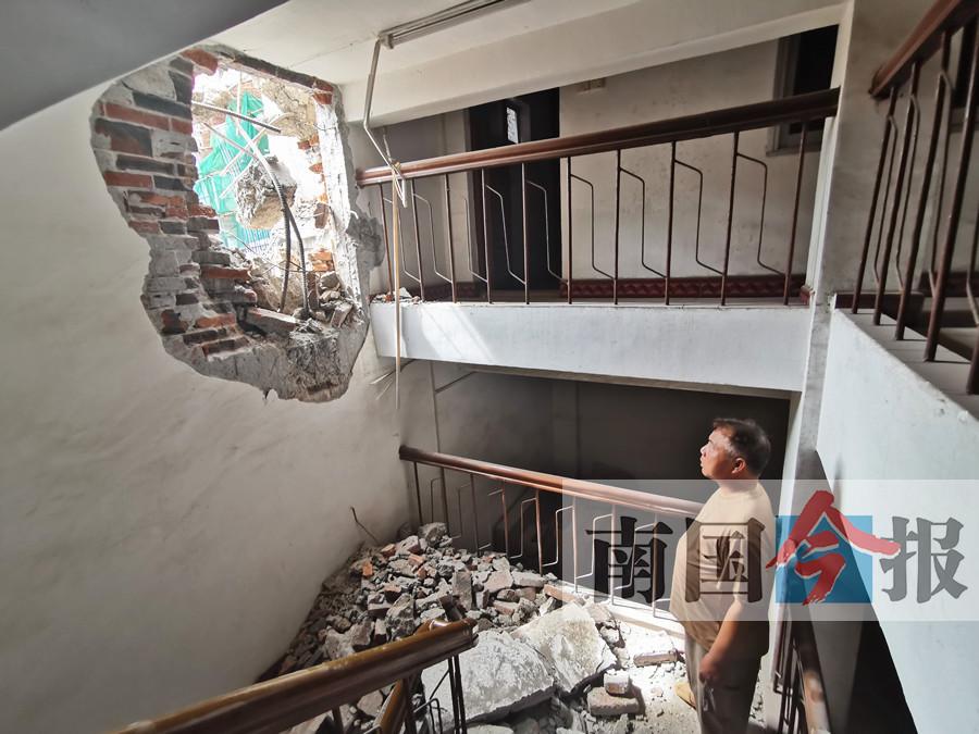 柳州一大楼突然倒塌居民以为地震 或因连日暴雨所致