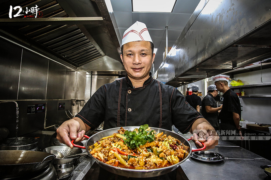 """【12小时】""""80后""""厨师长扎根厨房20载 练就3分钟出1道菜"""