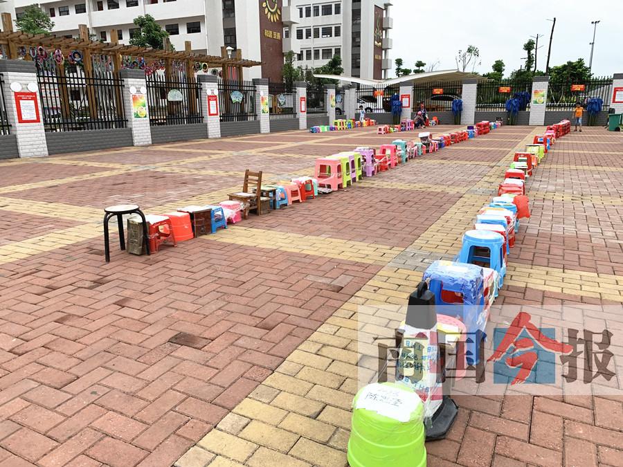 柳州:300多人提前两天排队 争69个非学区生名额