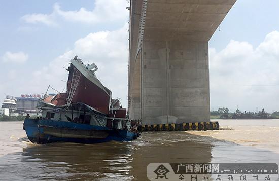 一艘货船在广西平南触碰桥梁 应急救助工作正在进行