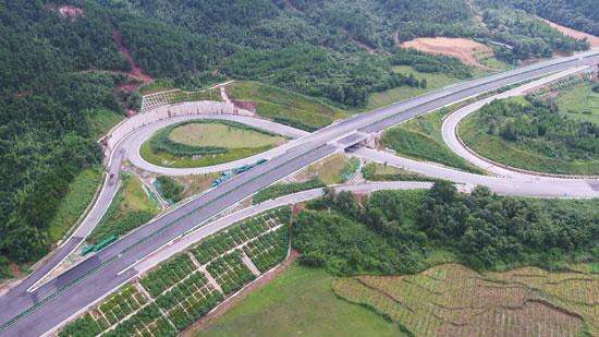 广西牵手两座世界长寿城的高速公路首段即将建成通车