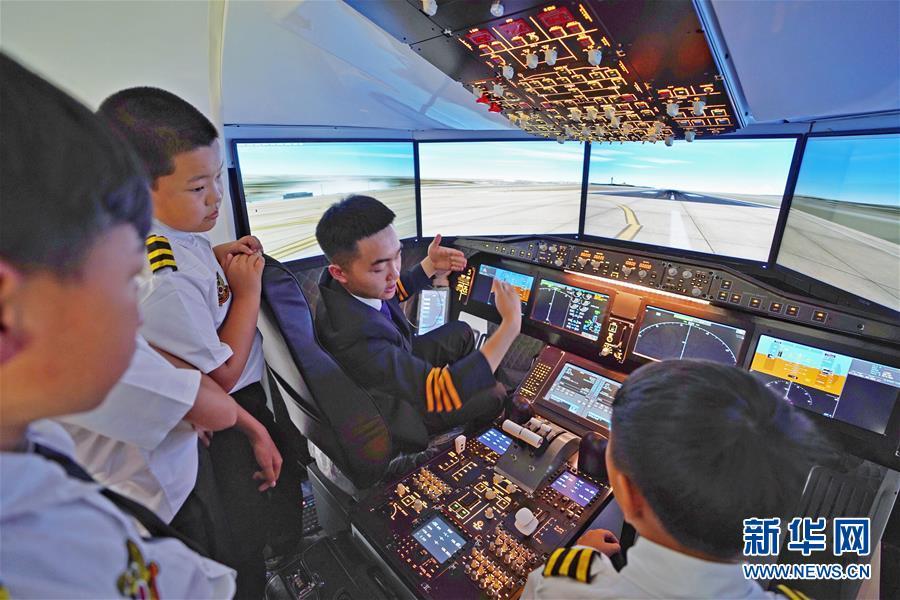 云南昆明举行航空军事夏令营