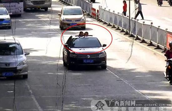 防城港:孩子伸出天窗看风景 驾驶员受罚