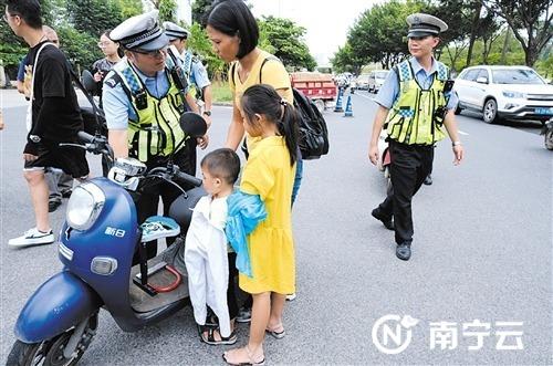 南宁交警全天候重点整治快速环路违规通行车辆