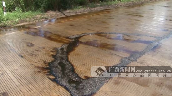 油污污染四百米路面 货车打滑失控致一人死亡(图)
