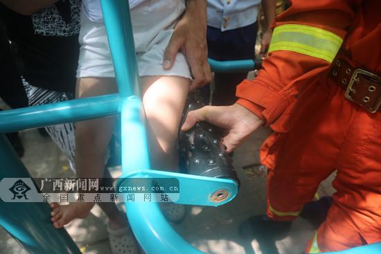 假期看孩子不能大意!南宁一女孩被卡广场健身器材