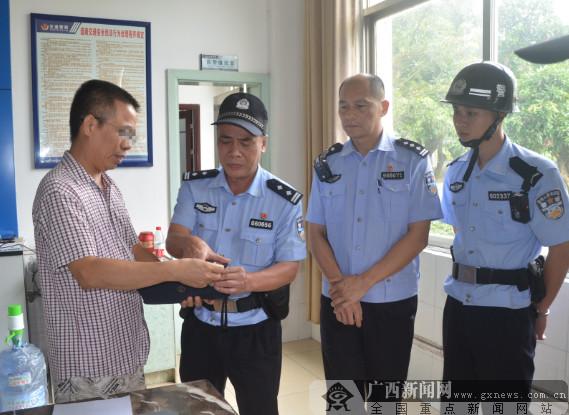网逃男子到警队处理交通违法 被民警逮个正着