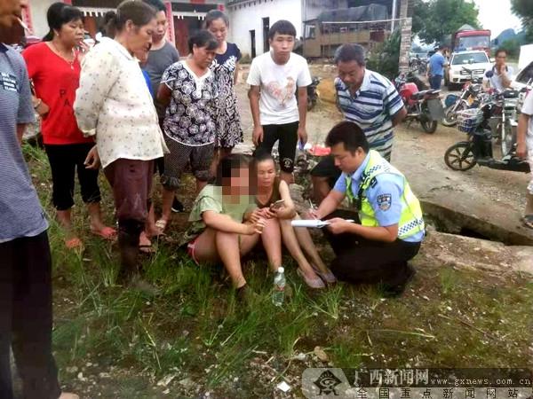 一轿车冲入水塘致2人死亡 平乐警民联手救援显本色