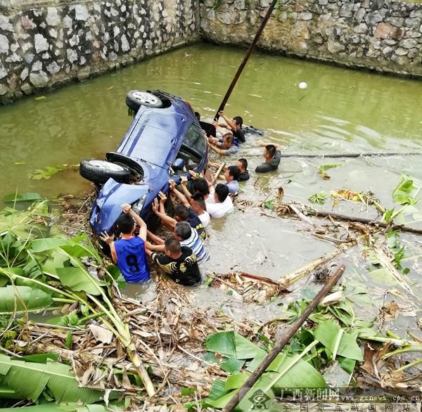 一轿车突发冲入水塘 平乐警民联手救援显本色