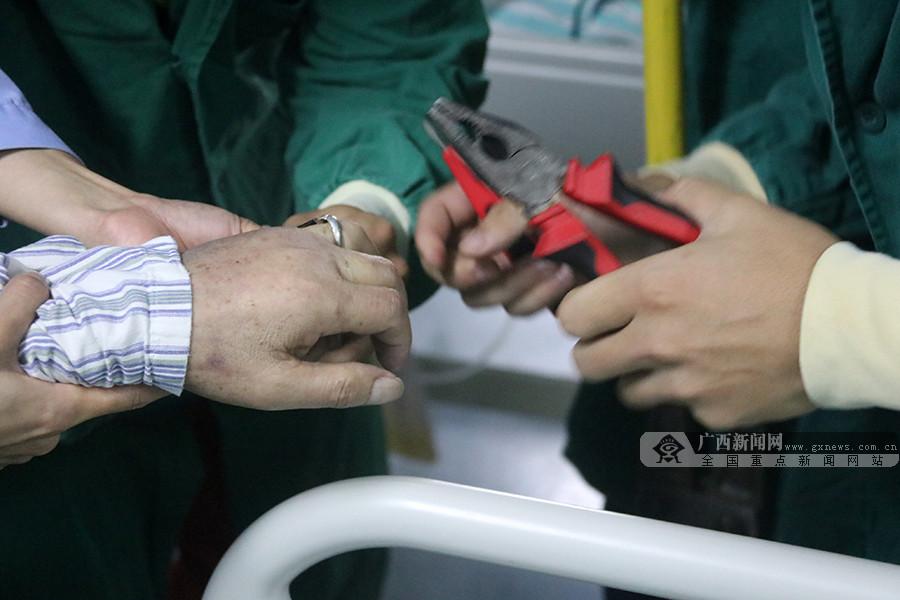 """重症监护室内一病人被戒指""""咬手"""" 消防巧救援"""