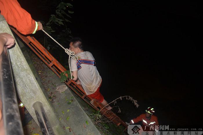 """广西南宁:醉汉跌下4米河堤 获救后开心比""""耶"""""""