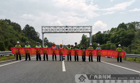 桂湘首个高速公路省界ETC门架顺利吊装