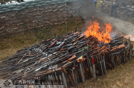 玉林:集中销毁非法枪支管制刀具逾千支