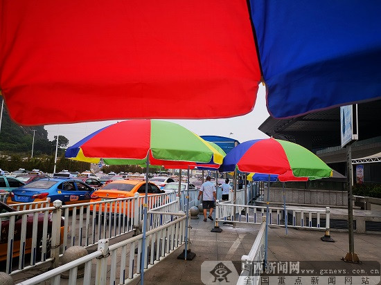 柳州火车站外再现遮阳伞棚 为候车旅客遮阳挡雨