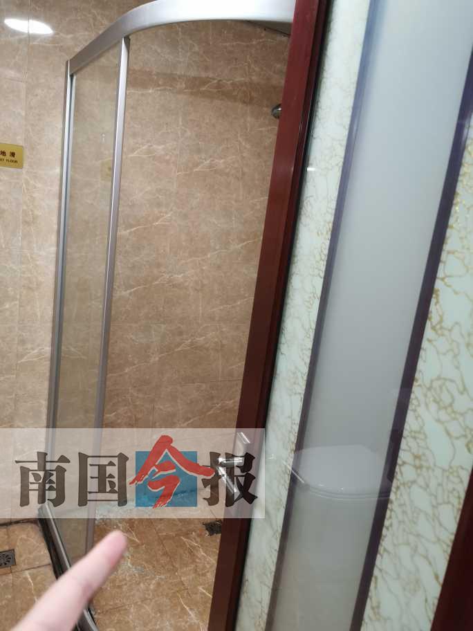 洗澡时宾馆浴室玻璃门碎裂 男子身体多处被划伤