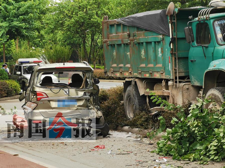两车相撞大货车失控冲上绿化带 事发柳州市桂柳路