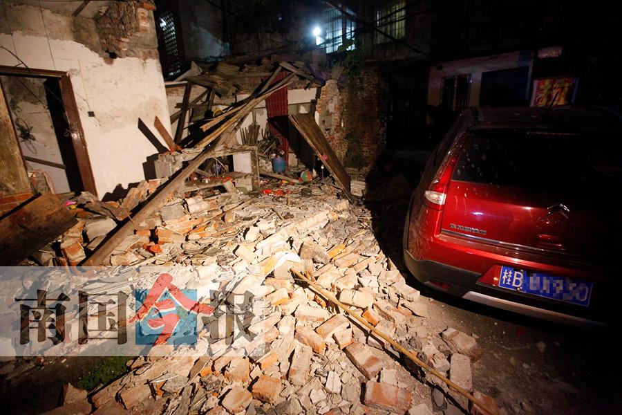 吓人!柳州一民宅氢气罐发生爆炸 平房被炸成废墟