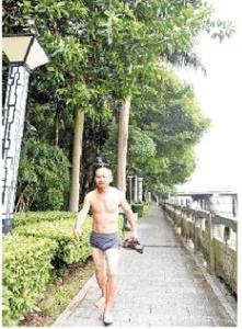 """跃入江中救人!他的""""裤衩照""""很尴尬但下水时很美"""