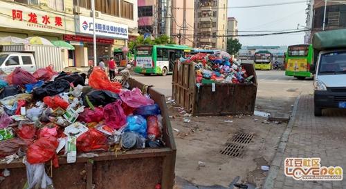 街道垃圾堆常年臭氣熏天 是環保意識缺位了