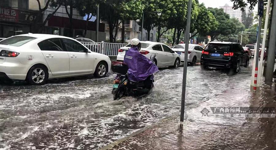 """台风""""白鹿""""停止编号降雨不停 南宁部分道路积水成""""河"""""""