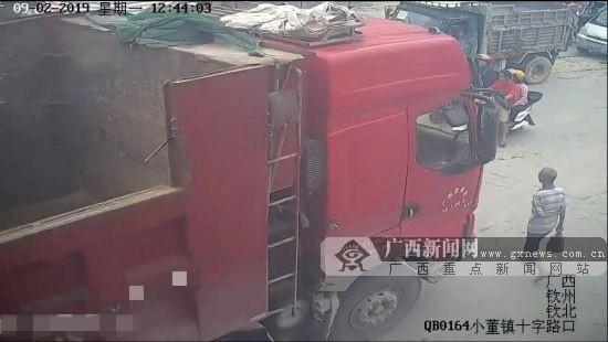 注意货车盲区!一名行人遭大货车碾压当场死亡(图)