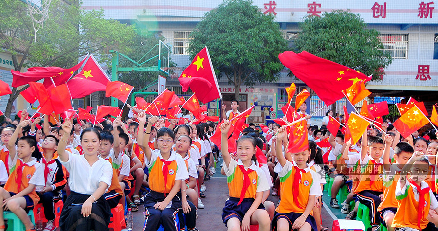 挥舞国旗迎新学期