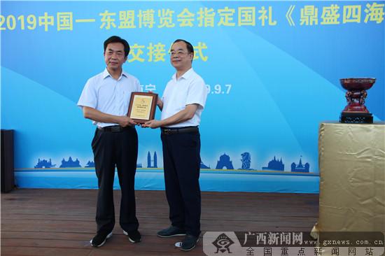 钧瓷精品《鼎盛四海》成为第16届东博会指定国礼(三)