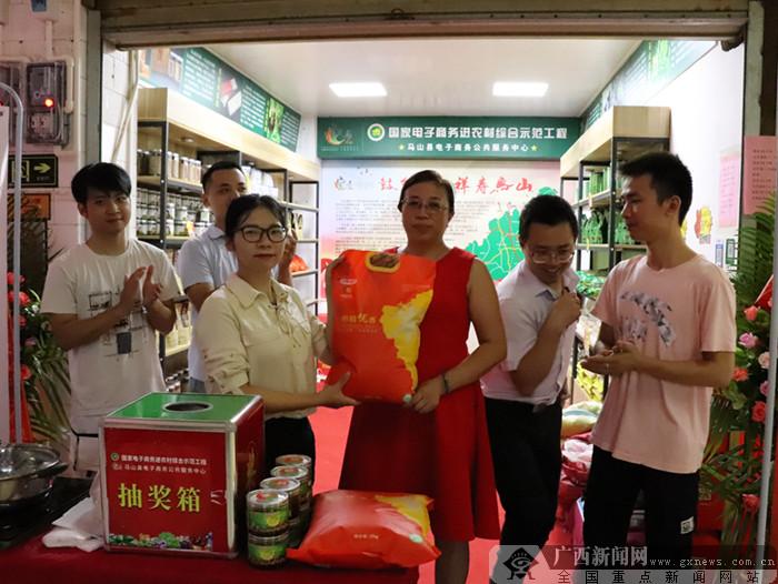 马山县扶贫农产品展销专区在南宁市飞凤菜市试营业